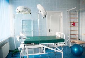 sala-de-hospital-do-parto-com-as-barras-de-parede-da-ginástica-sala-de-entrega-74554847